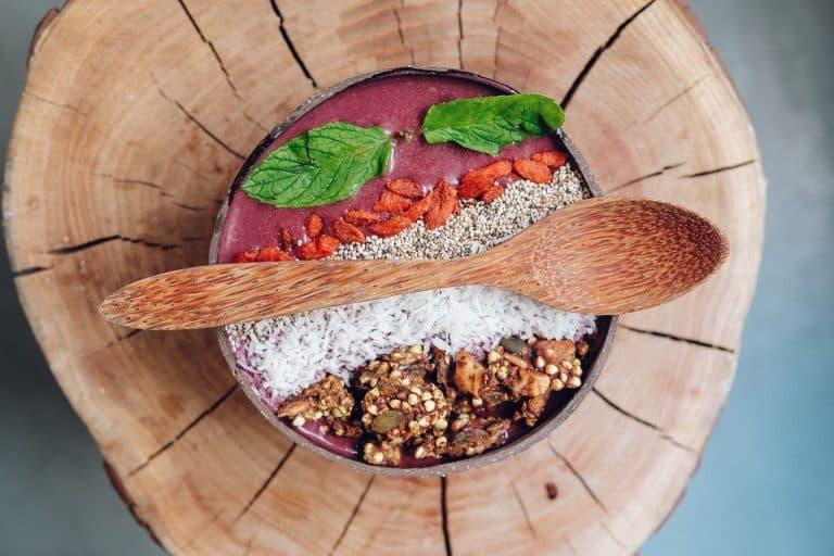 Müsli in Schale mit verschiedenen Beeren und Samen